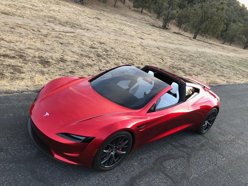 «Связной» начал торговать электромобили Tesla