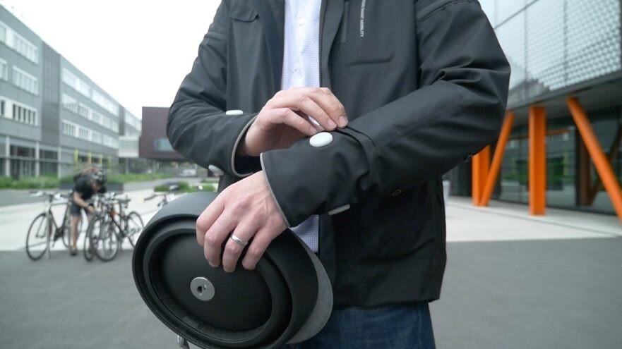 «Умную» куртку для велосипедистов оборудовали  поворотниками