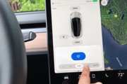Водителя Tesla лишили прав за регулировку стеклоочистителей