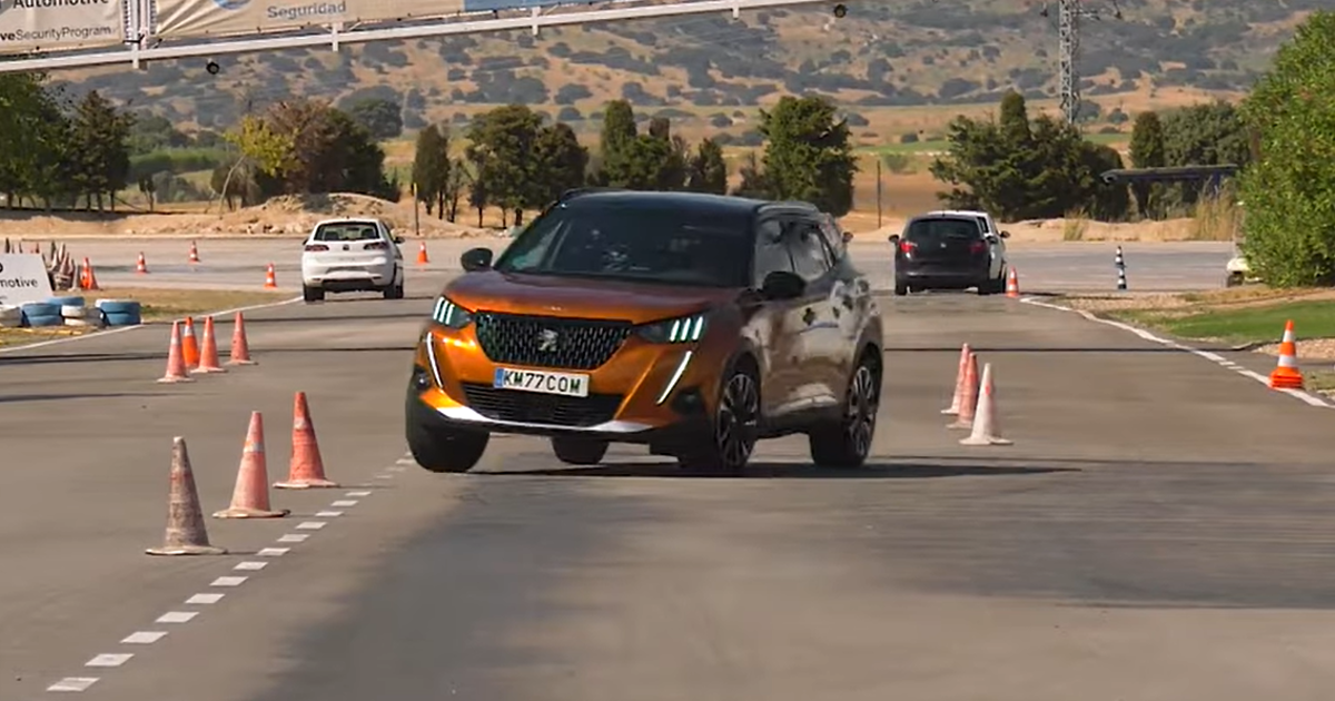 fpng - Новый Peugeot 2008 проверили на «лосином тесте» (видео) - автоновости