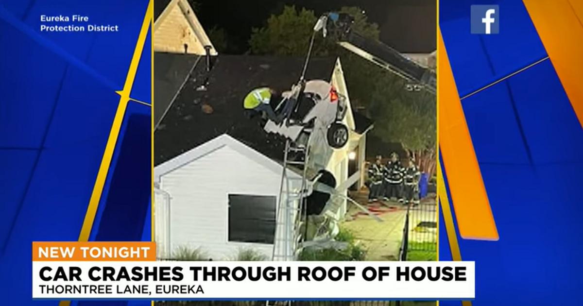 Автомобиль взлетел и врезался в крышу дома (видео) - автоновости