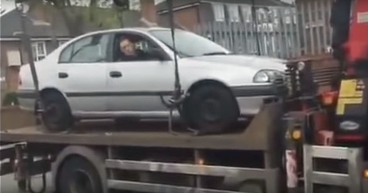 Видео дня. Что не надо делать, если машину погрузил эвакуатор